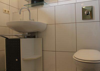 wastafel en toilet appartement groepsaccommodatie